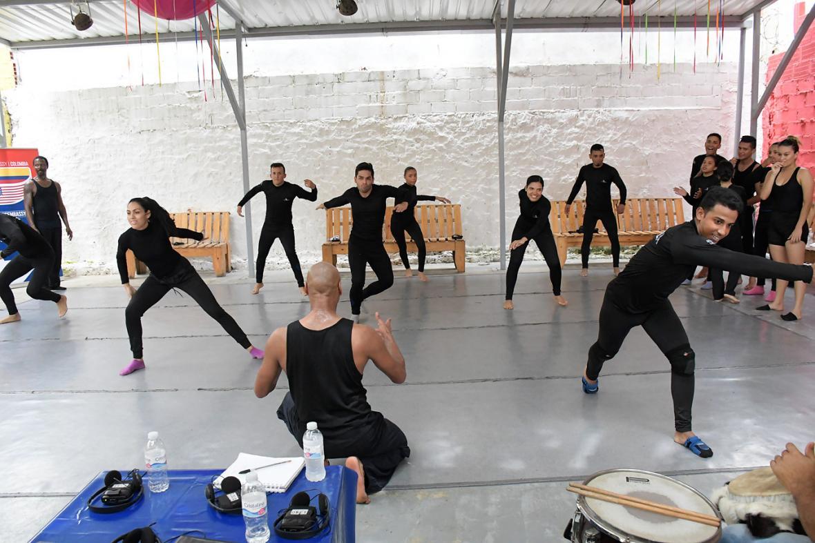 Bailarines de Mónica Lindo bailan bajo la instrucción de Jones.