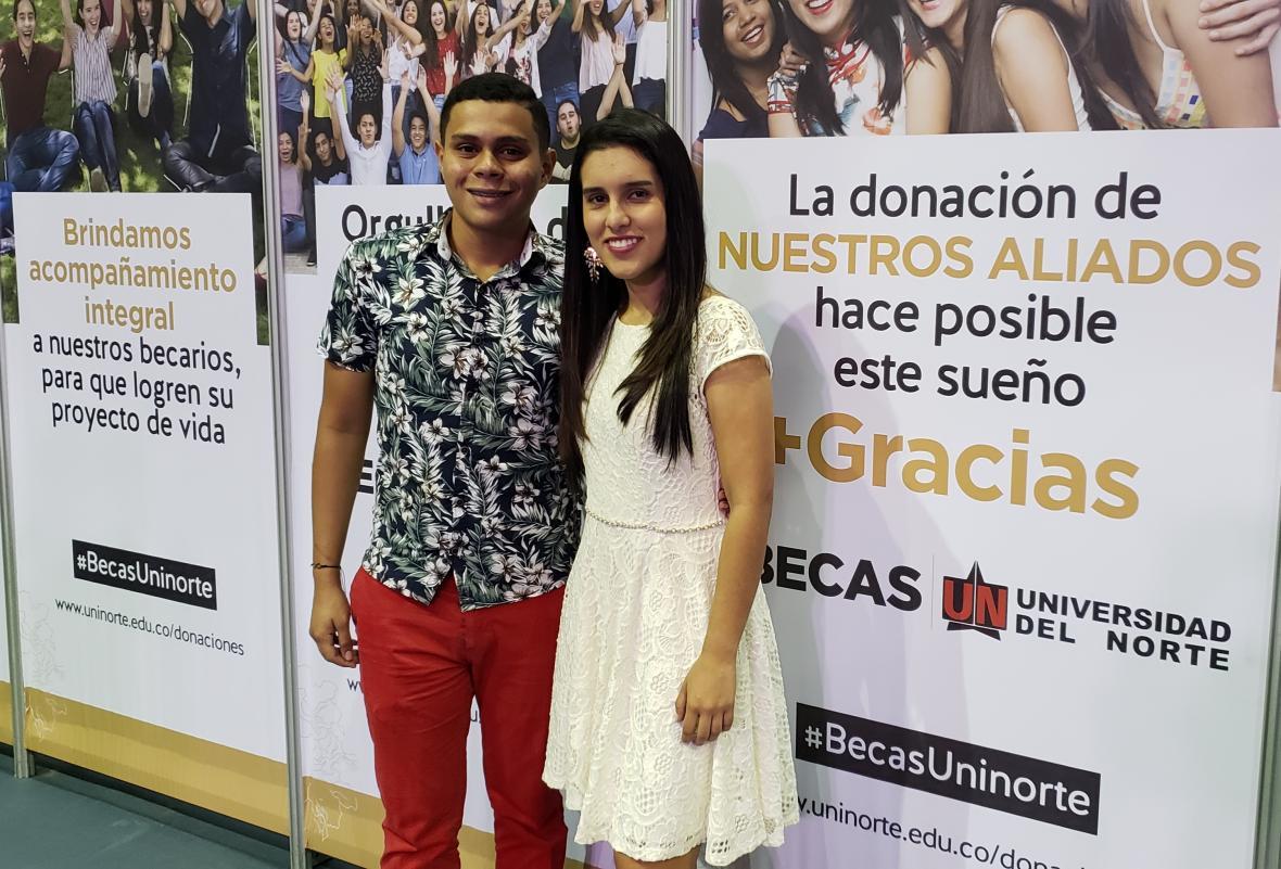 Carlos Iván Ardila, becario de Ingeniería Mecánica, y Valentina Cotrino, becaria de Ingeniería Industrial, apoyados por Expreso Brasilia.