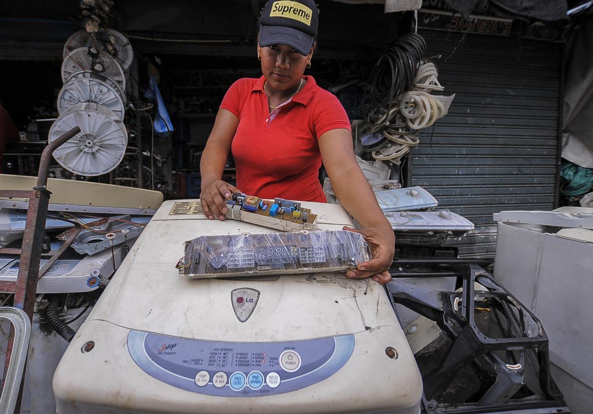 Jessica Díaz repara 'boards' modernas y antiguas.