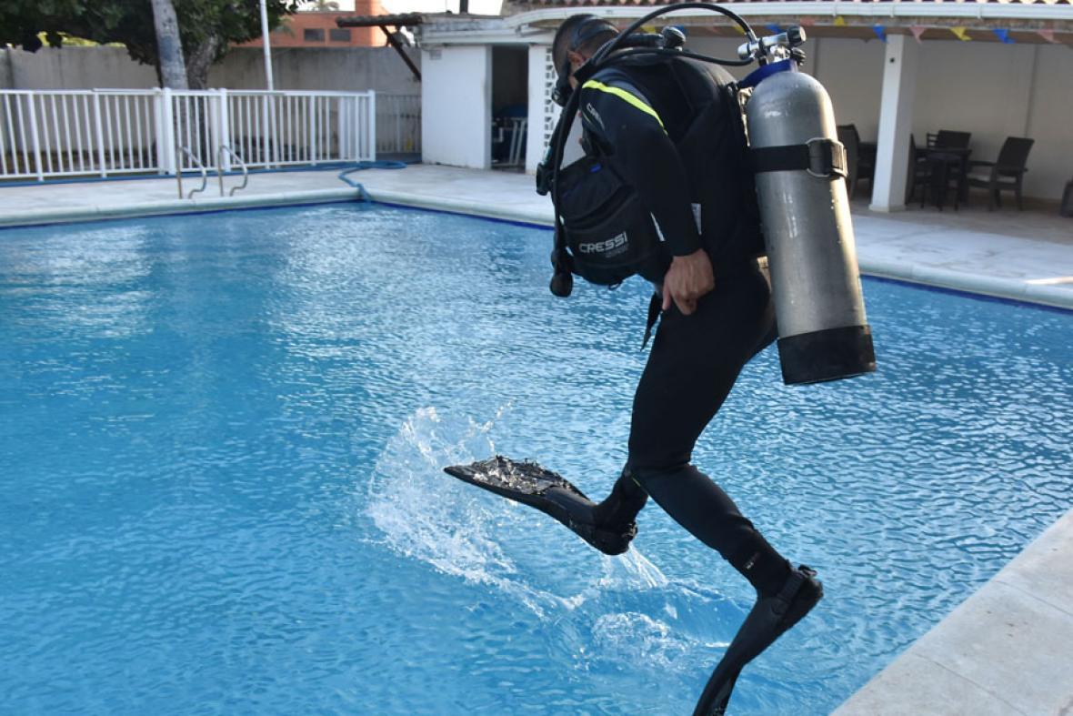 Un buzo se lanza a la piscina de la Escuela Naval donde hacen sus práctica