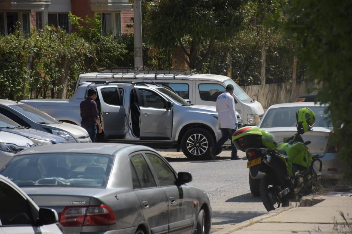 Camioneta Chevrolet doble cabina en la que se movilizaba la pareja.
