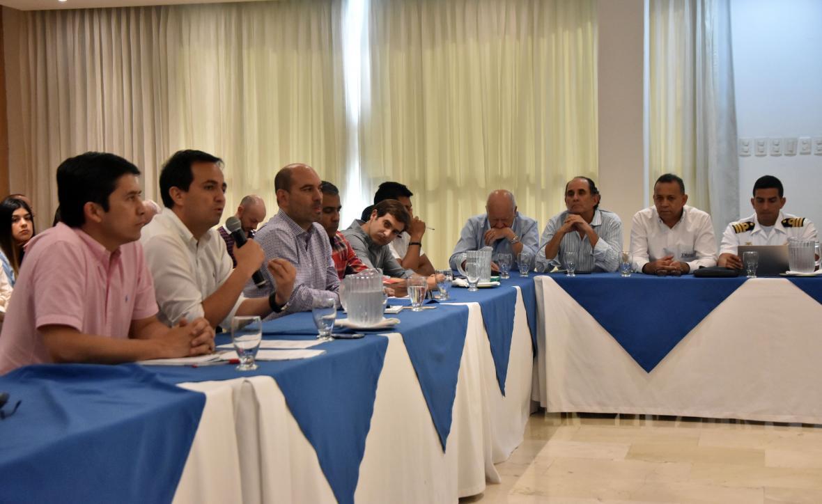 Juan Gil, director de Invías, explica el estudio. Lo escuchan José Curvelo, Alfredo Carbonell, Pedro Jurado y portuarios.