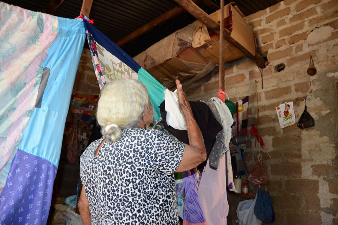 En las vigas del techo, Carmen Rodríguez muestra su cajón, el que  tiene muy bien cuidado.