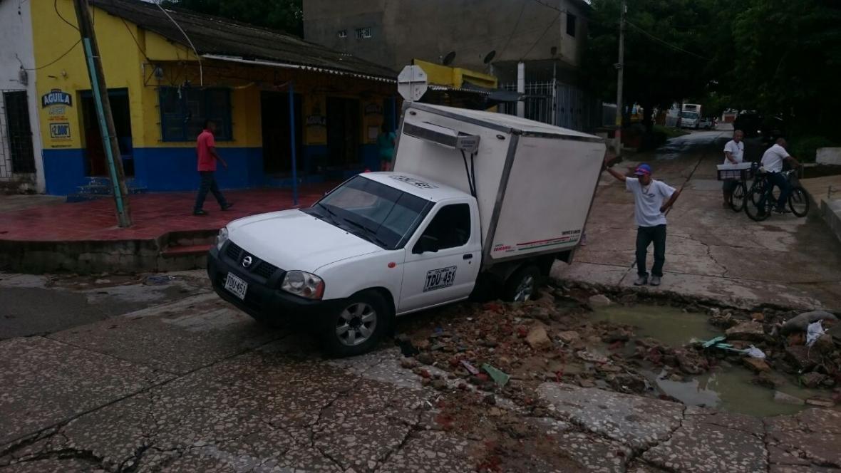 Vehículo que cayó a un hueco en el barrio Cevillar.