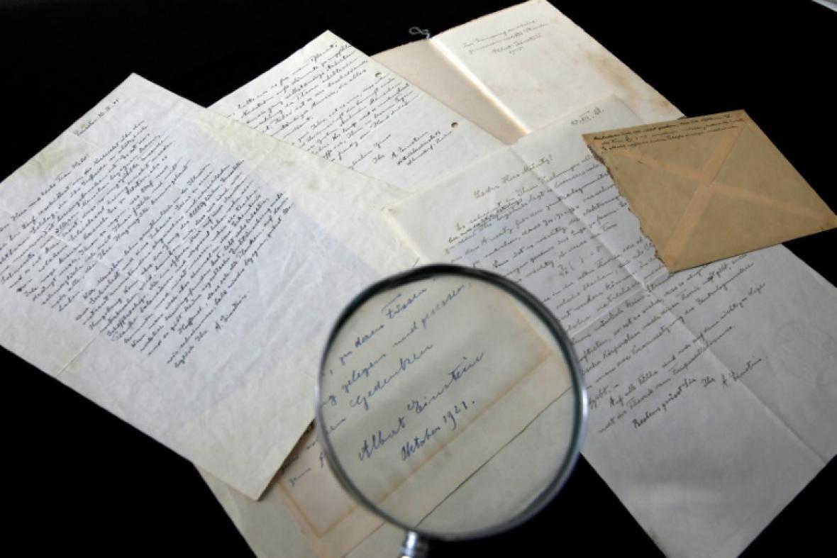 Una serie de cartas escritas por Albert Einstein son analizadas por la casa Winner's en Jerusalén.