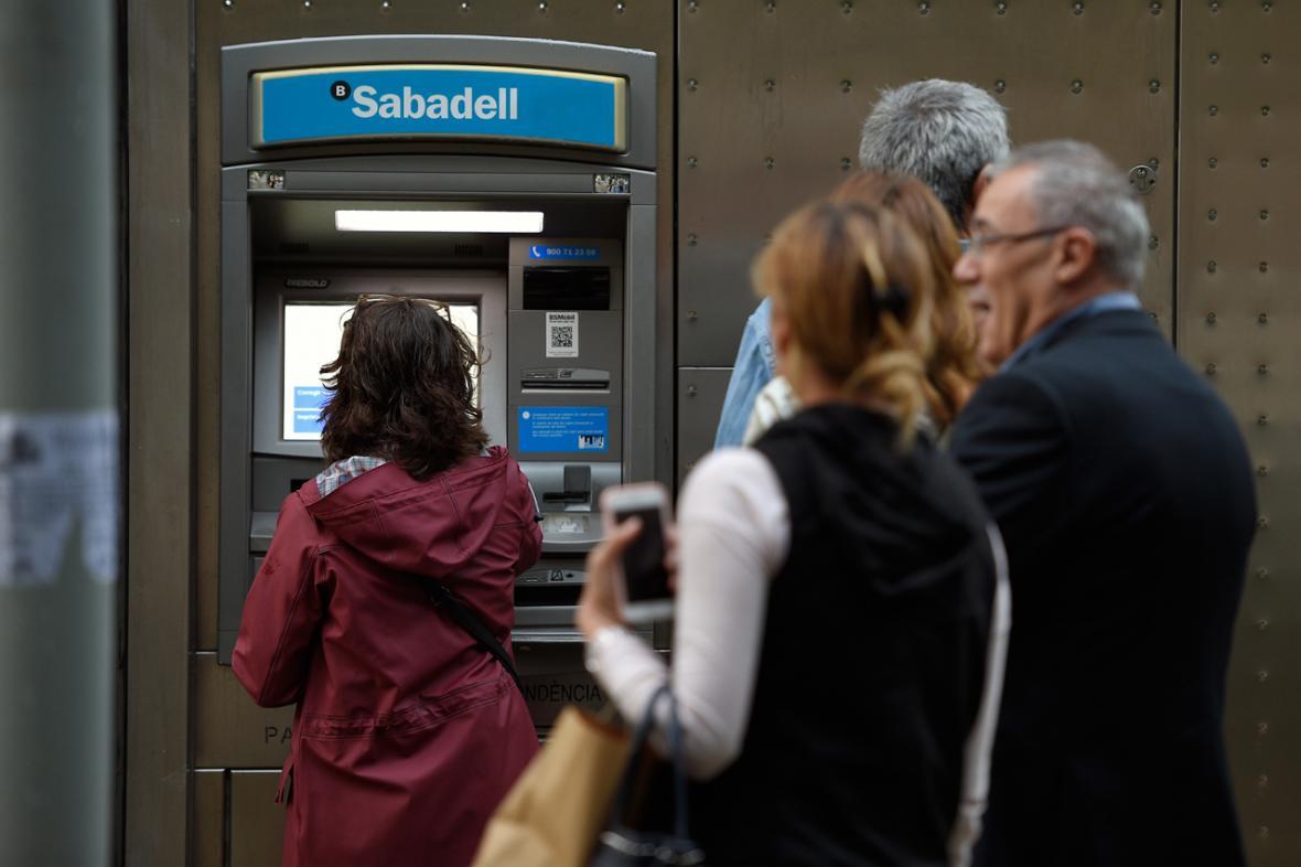Grupos de independentistas empezaron  a retiirar dinero como gesto de protesta contra el gobierno español.