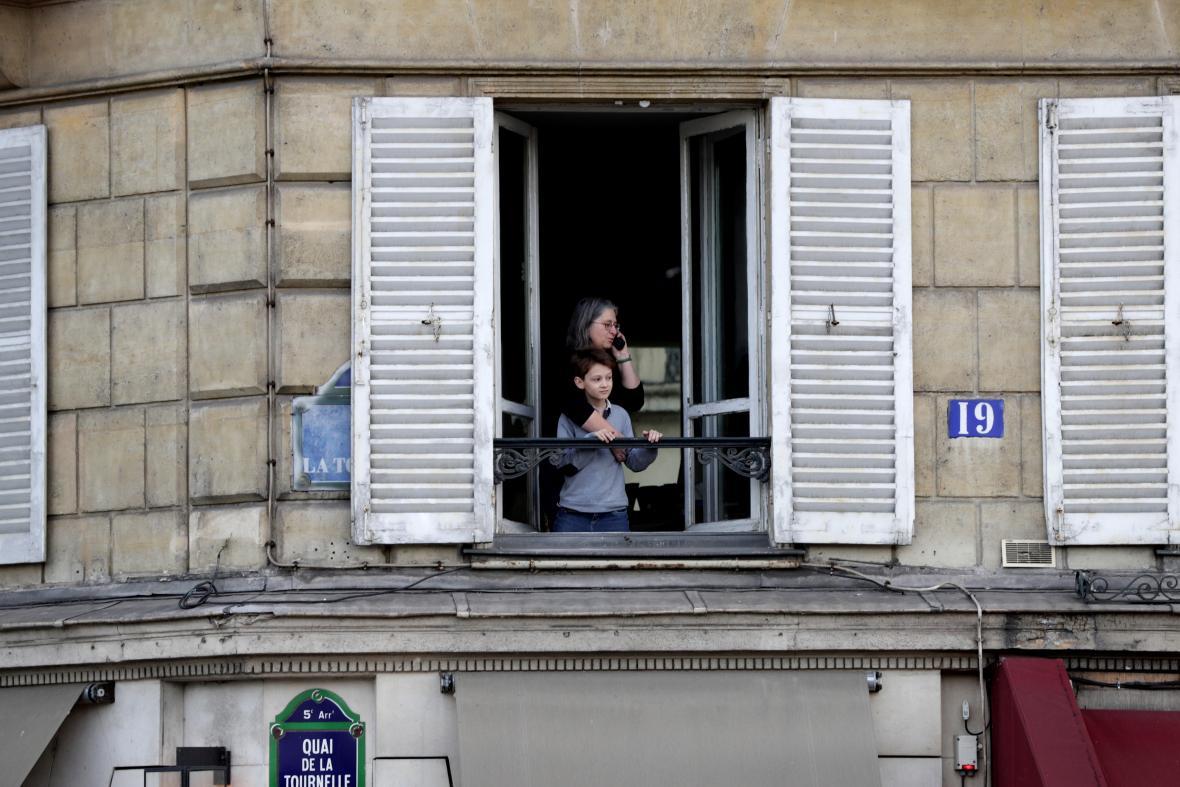 Una madre de familia por vía telefónica comunica lo sucedido con la catedral de Notre Dame.