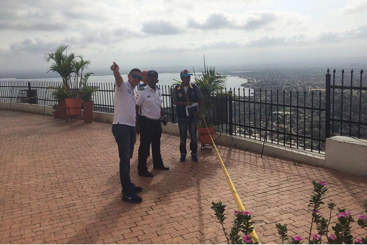 Los funcionarios de la Alcaldía y de los organismos de socorro en plena evaluación del estado del Cerro.