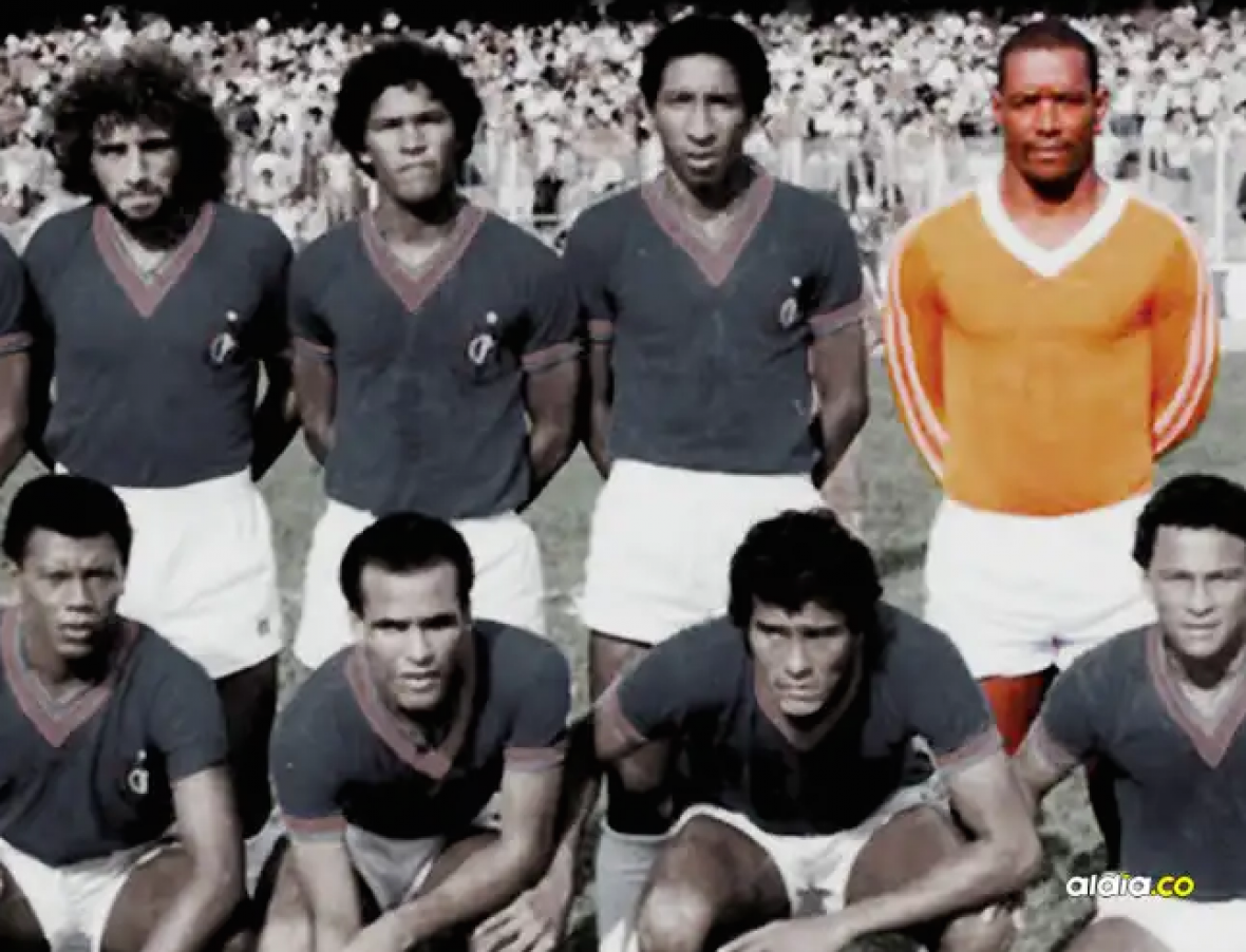 El exarquero samario Maximiliano 'Chimilongo' Robles en el equipo del año 70. A su lado, Pedro Blanco y Alfredo González.