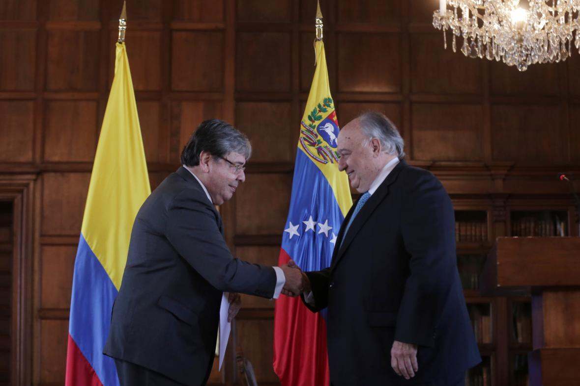 Humberto Calderón Berti y el canciller de Colombia, Carlos Holmes Trujillo, en su encuentro de este lunes.
