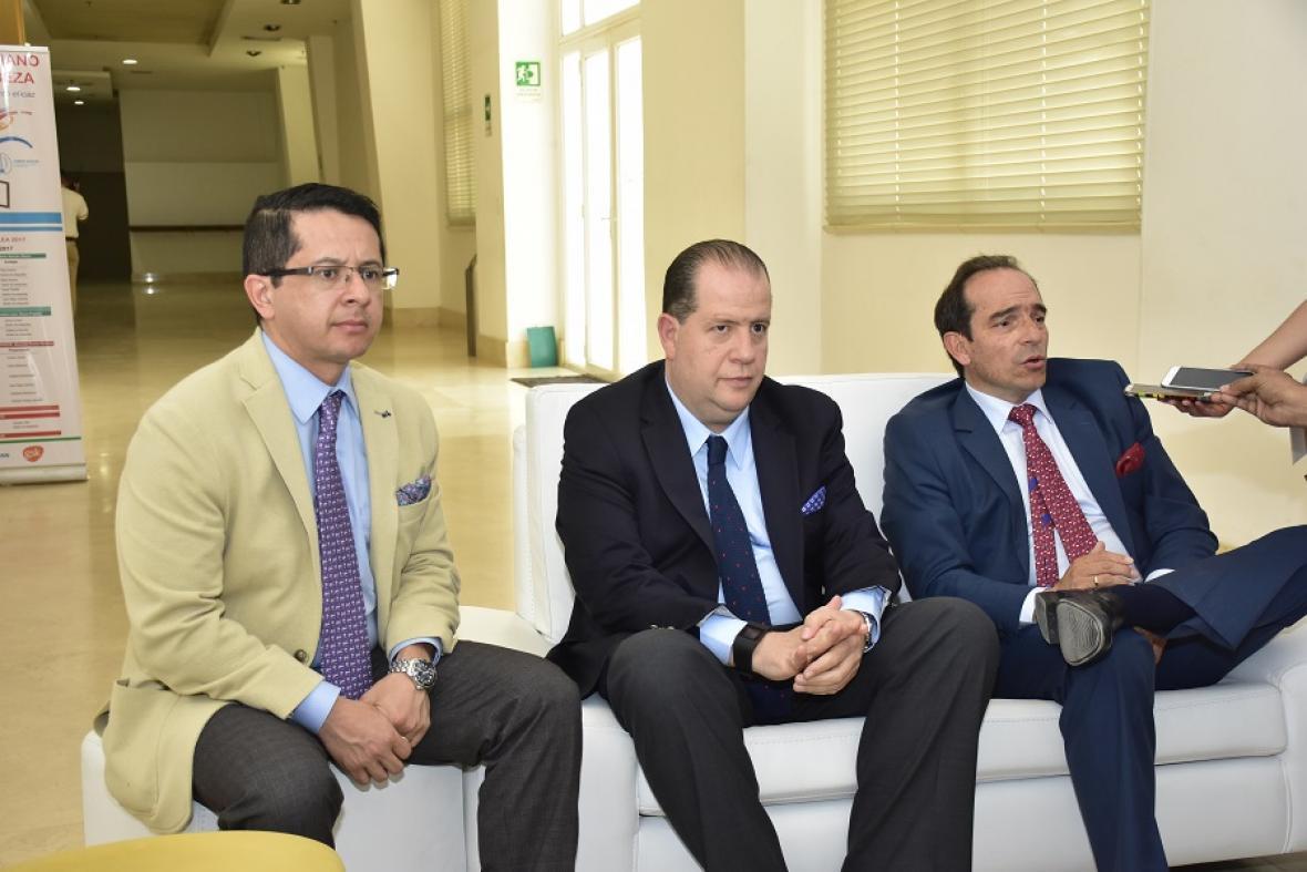 Los neurólogos Joe Muñoz, Fidel Sobrino y Sergio Ramírez.
