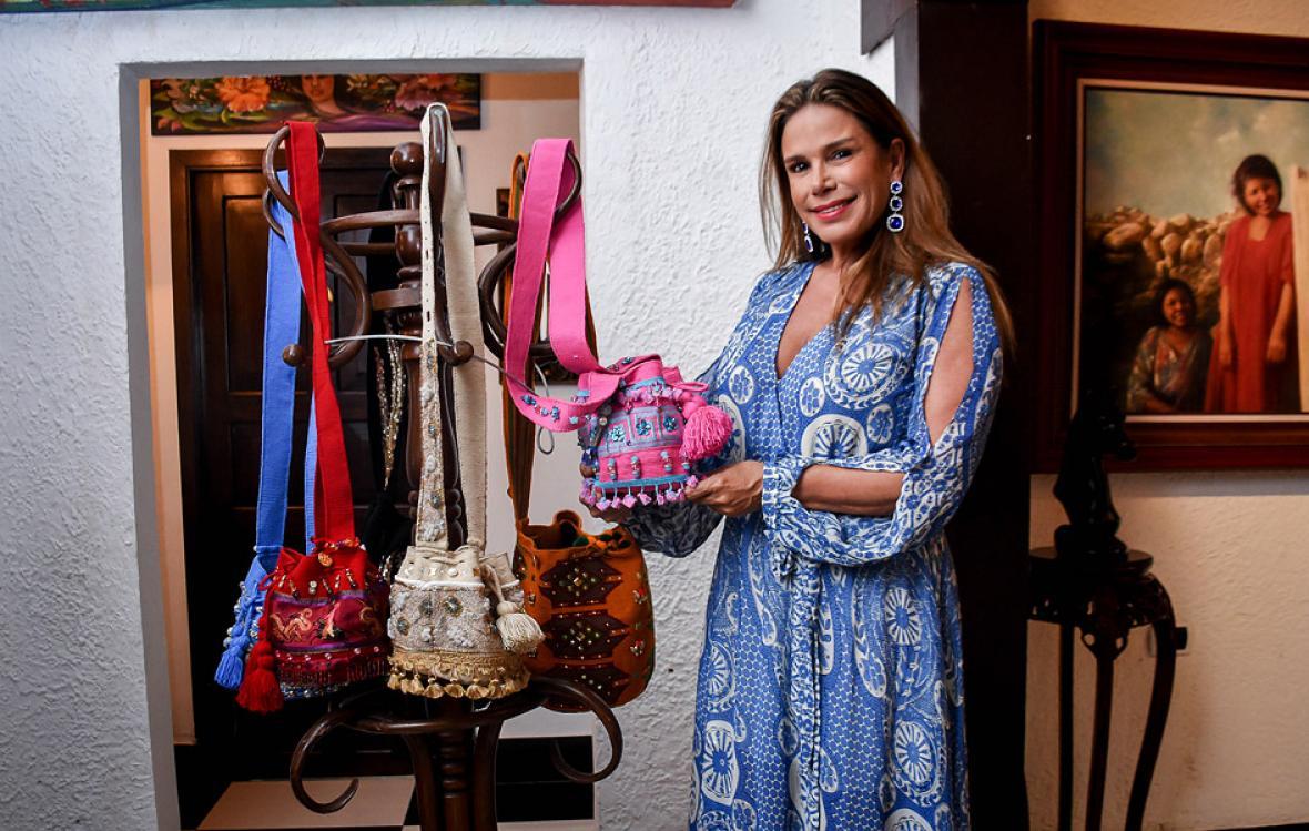 Cristina Ruiseco enseñando sus mochilas de lujo.