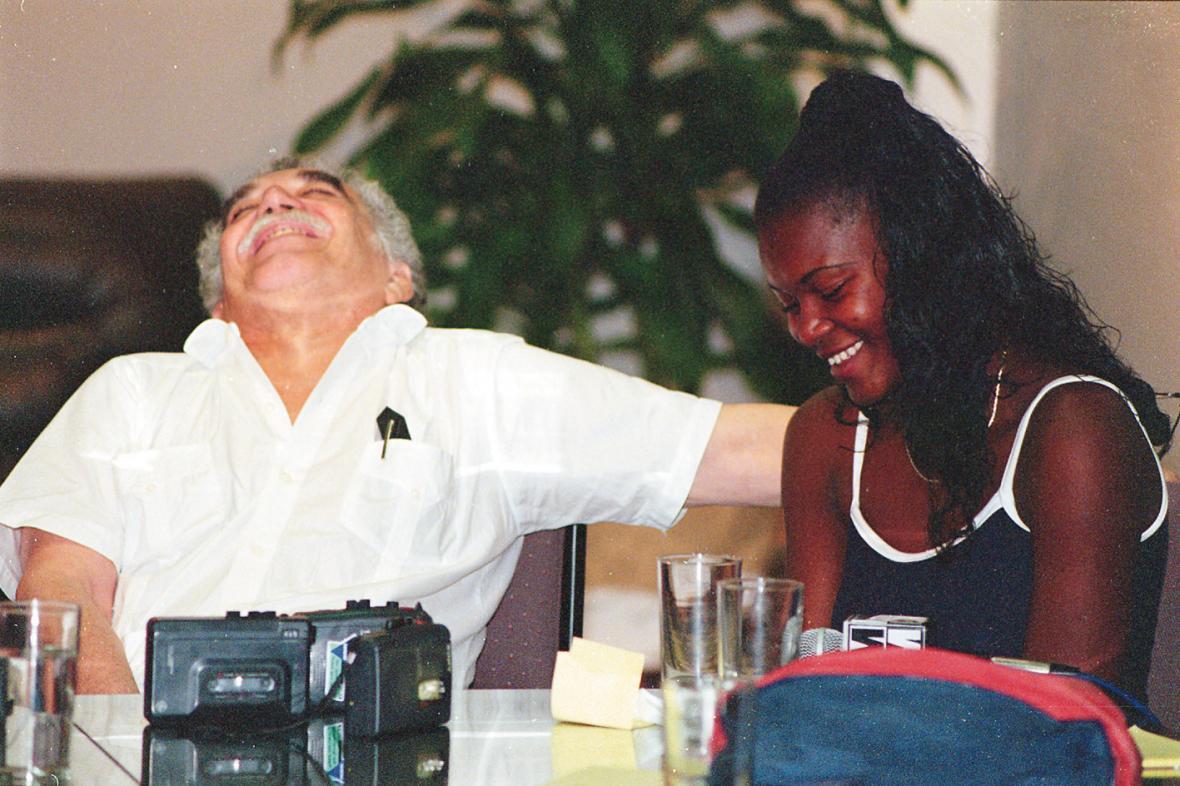 El Nobel de Literatura Gabriel García Márquez se ríe de las ocurrencias de Liliana Cáceres cuando la invitó al taller de crónica que dictó en Barranquilla.