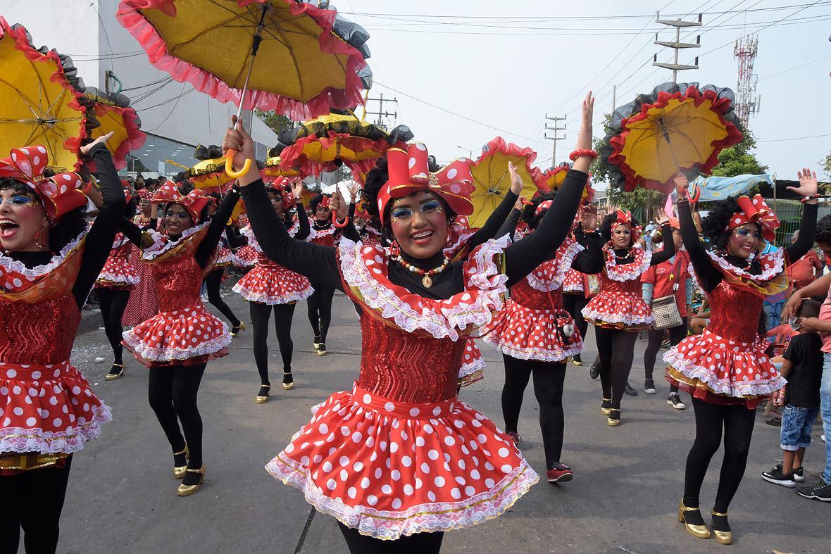 En el desfile, las alegres Negritas Rumberas.