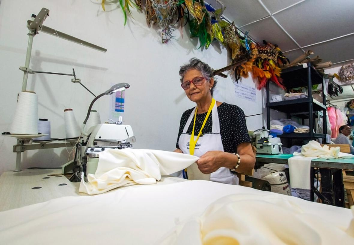 Marlene Galvez, de 78 años, cosiendo algunos de los trajes que lucirán los artistas en el 'show' inaugural.
