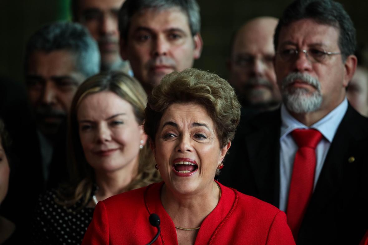 Dilma Rousseff  es la primera mujer presidenta  de Brasil en ser destituida .