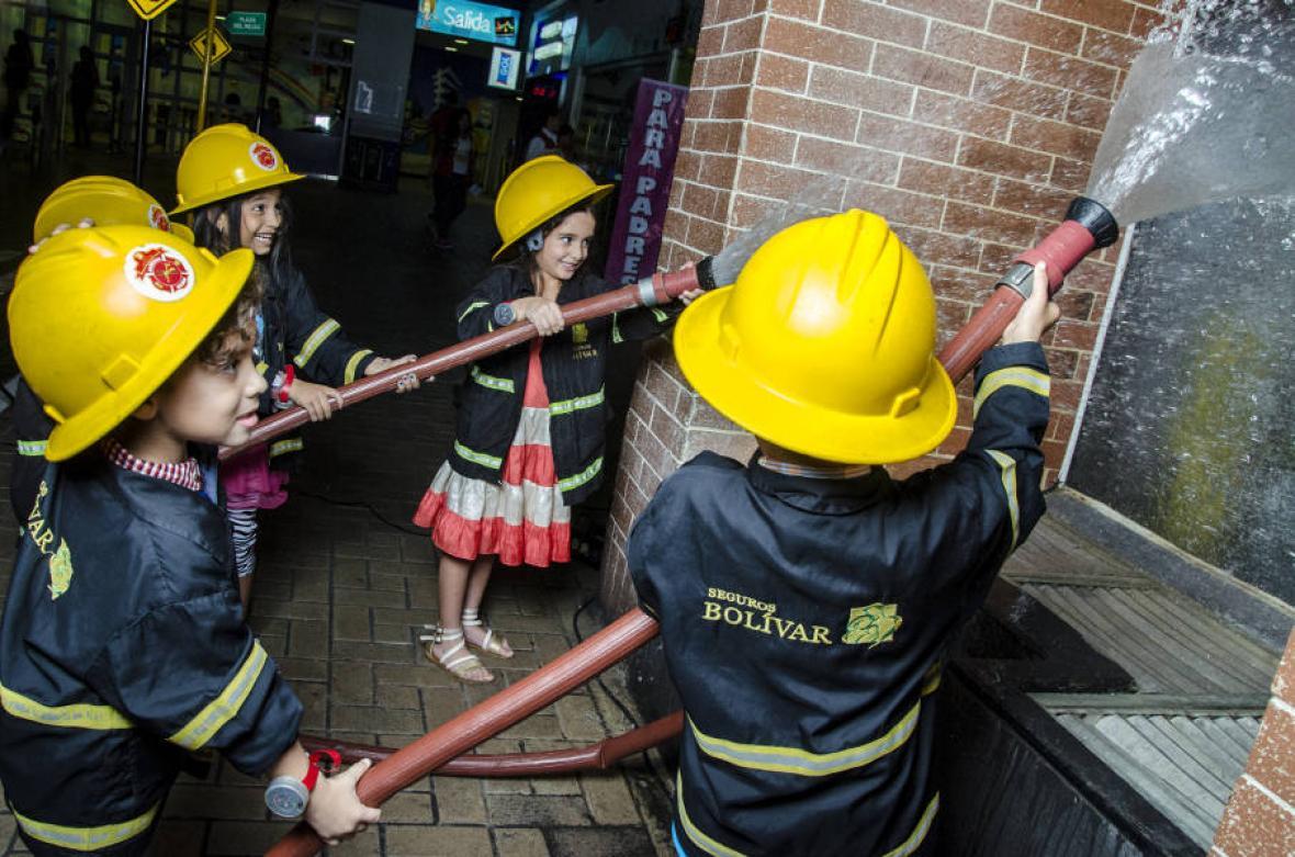 Los niños en Divercity viven expieriencias de oficios y profesiones de los adultos.