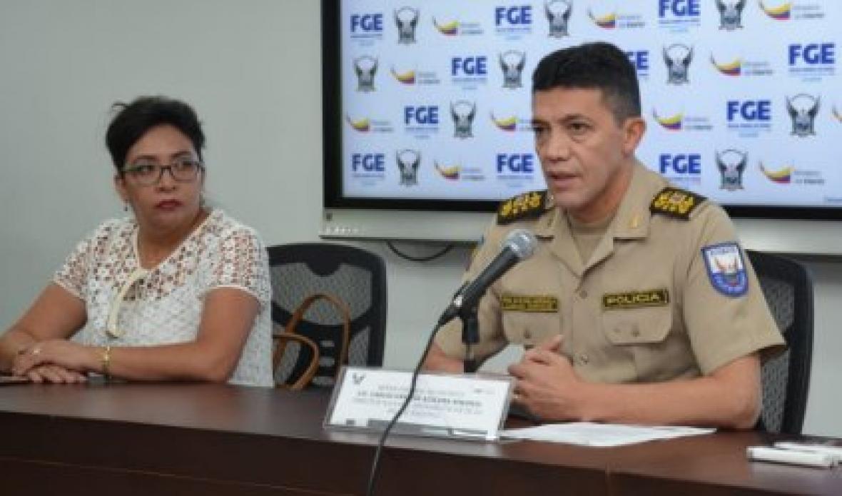 La fiscal general, Ruth Palacios y Carlos Alulema, director de la Dirección Nacional Antinarcóticos, durante la rueda de prensa.