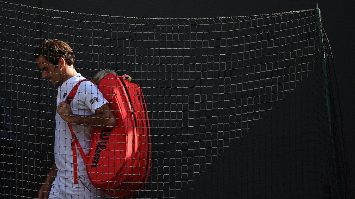 El suizo Roger Federer abandonando el campo tras la derrota.