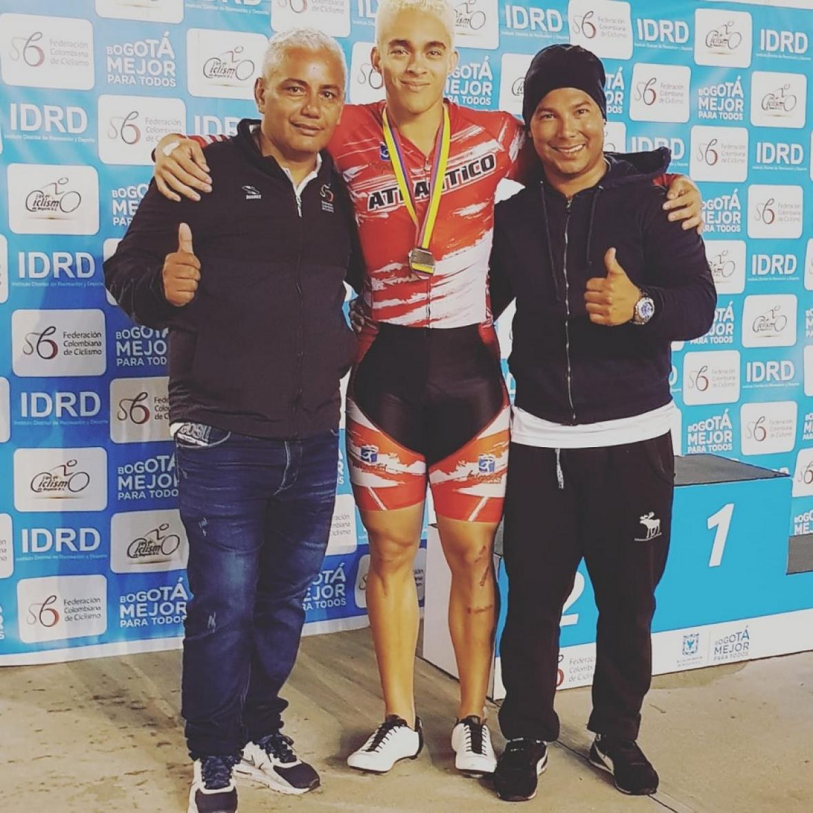 Jader Montes, vicepresidente de la Liga de Ciclismo del Atlántico, el corredor barranquillero Cristian Ortega y el entrenador Ricardo Moreno.