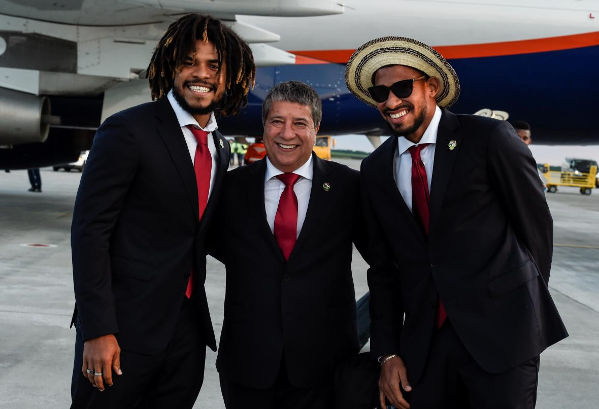 El defensa central Román Torres, el técnico Hernán Darío Gómez y el delantero Luis Tejada al llegar a Rusia.