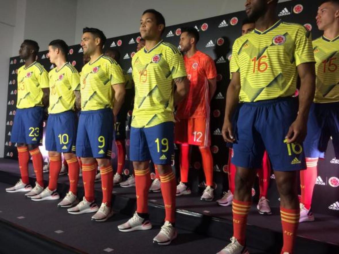 Los jugadores de la selección Colombia luciendo el nuevo uniforme del combinado patrio.