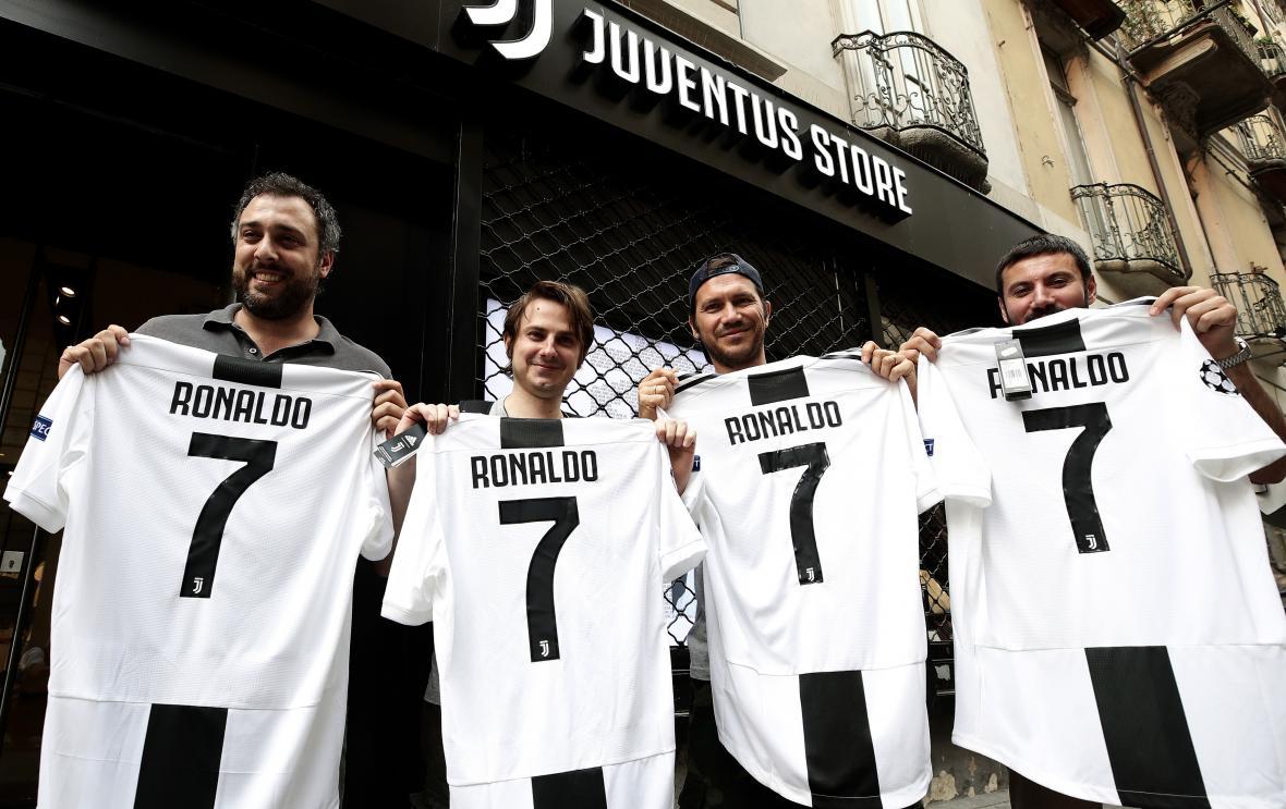 Las camisetas de la Juventus con el nombre de Cristiano Ronaldo están teniendo alta demanda.
