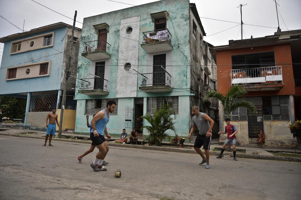 Jóvenes cubanos jugando fútbol en las calles de La Habana.