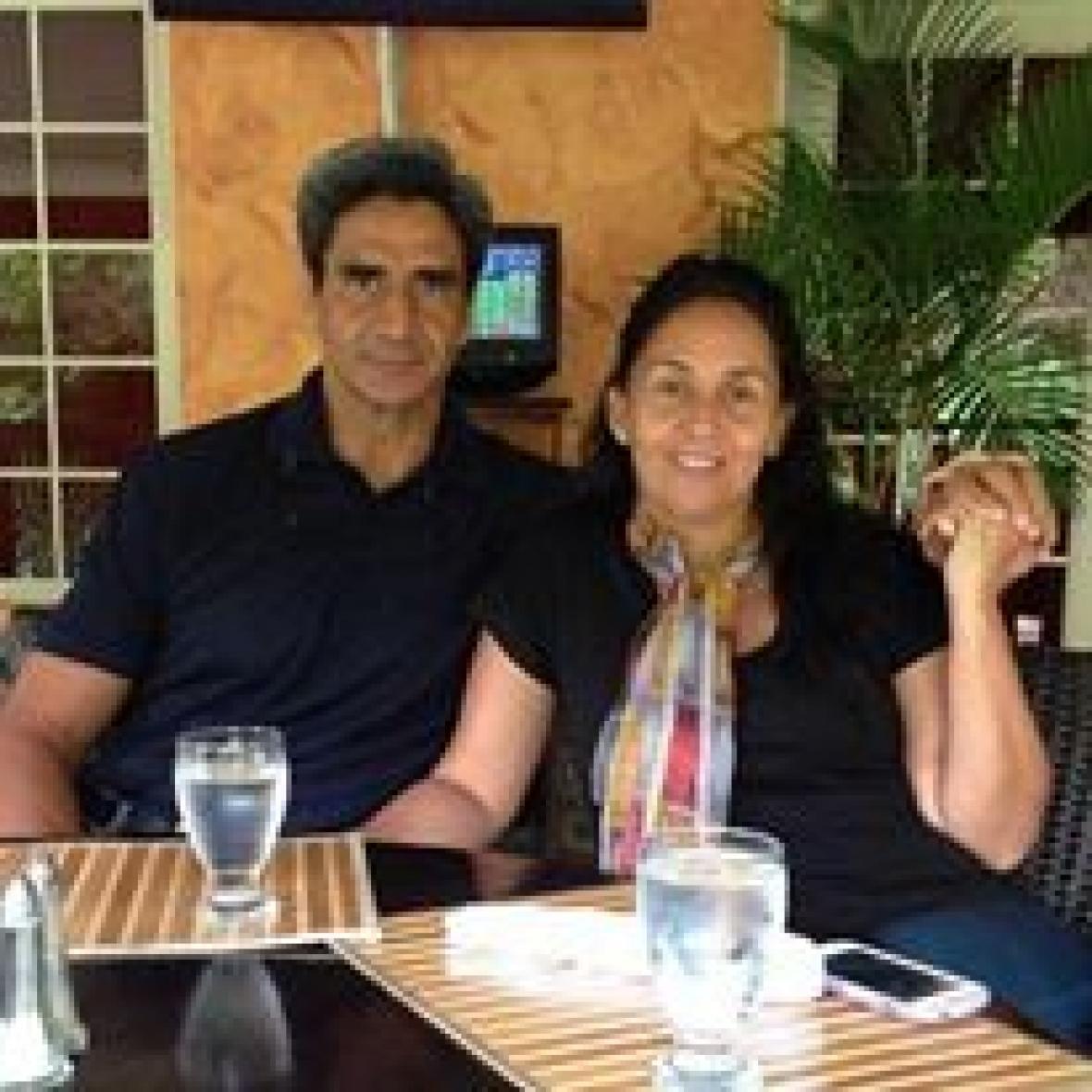 Gustavo junto a su esposa María del Pilar Lozano.