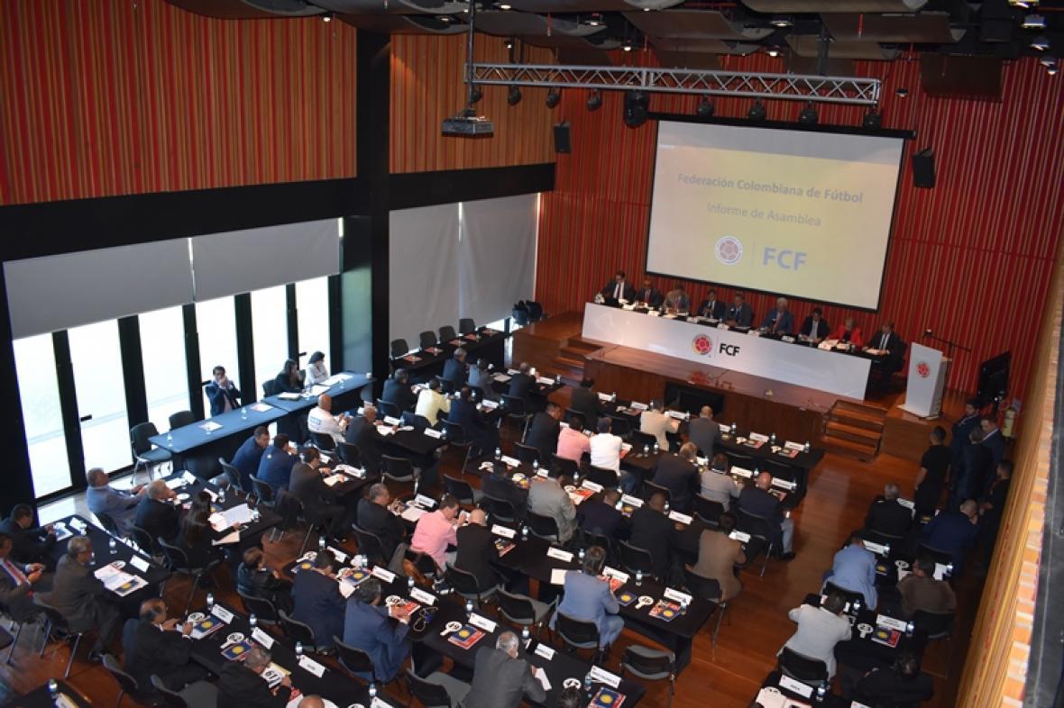 Aspecto general de la asamblea de la Federación Colombiana de Fútbol en uno de los salones de su sede deportiva en Bogotá.