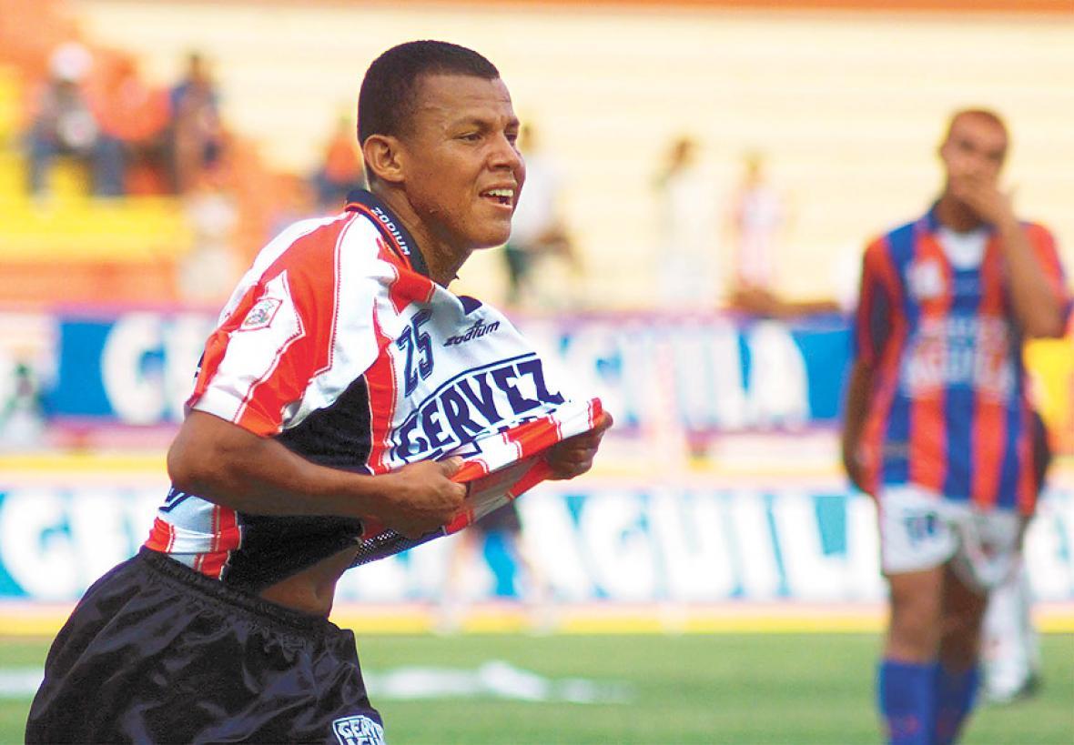 Léiner Rolong festejando un gol en su época como jugador del Junior.