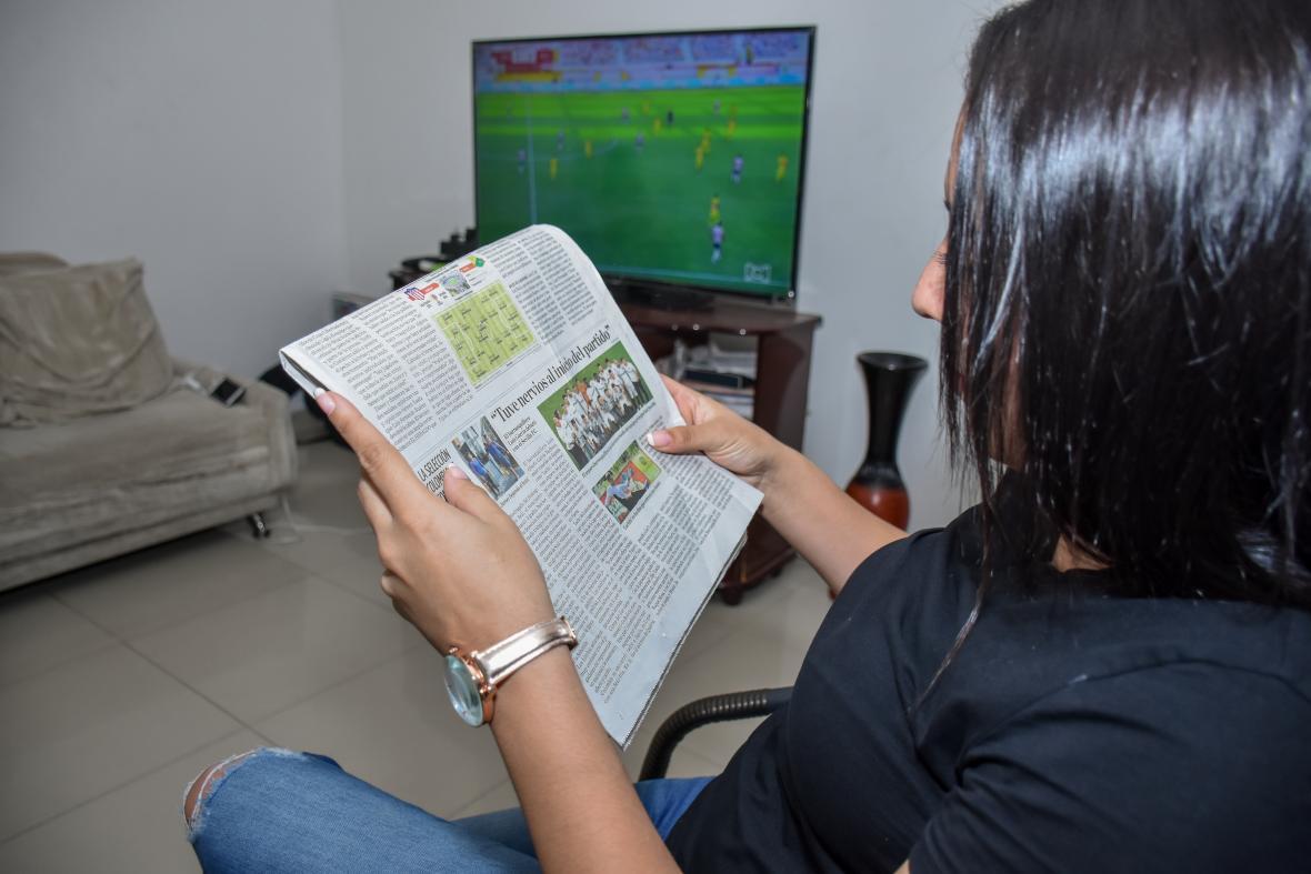 La prima de Luis Alberto viendo la nota que publicó EL HERALDO sobre el debut del joven arquero.