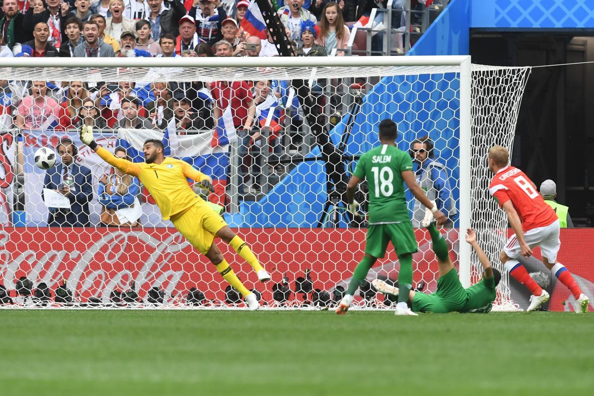 Acción del gol de Gazisky. El jugador ruso se levantó y conectó el balón con un cabezazo certero.