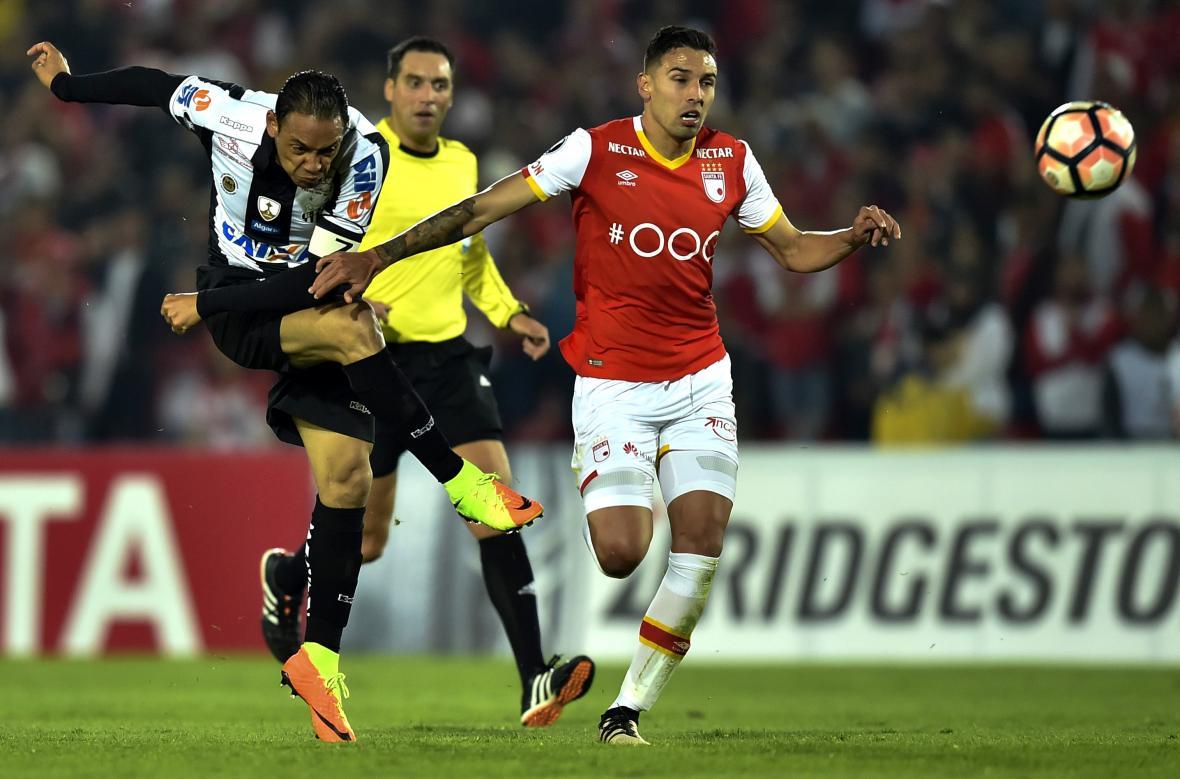 Ricardo Oliveira dispara al arco de Santa Fe durante el partido disputado el miércoles en El Campín.