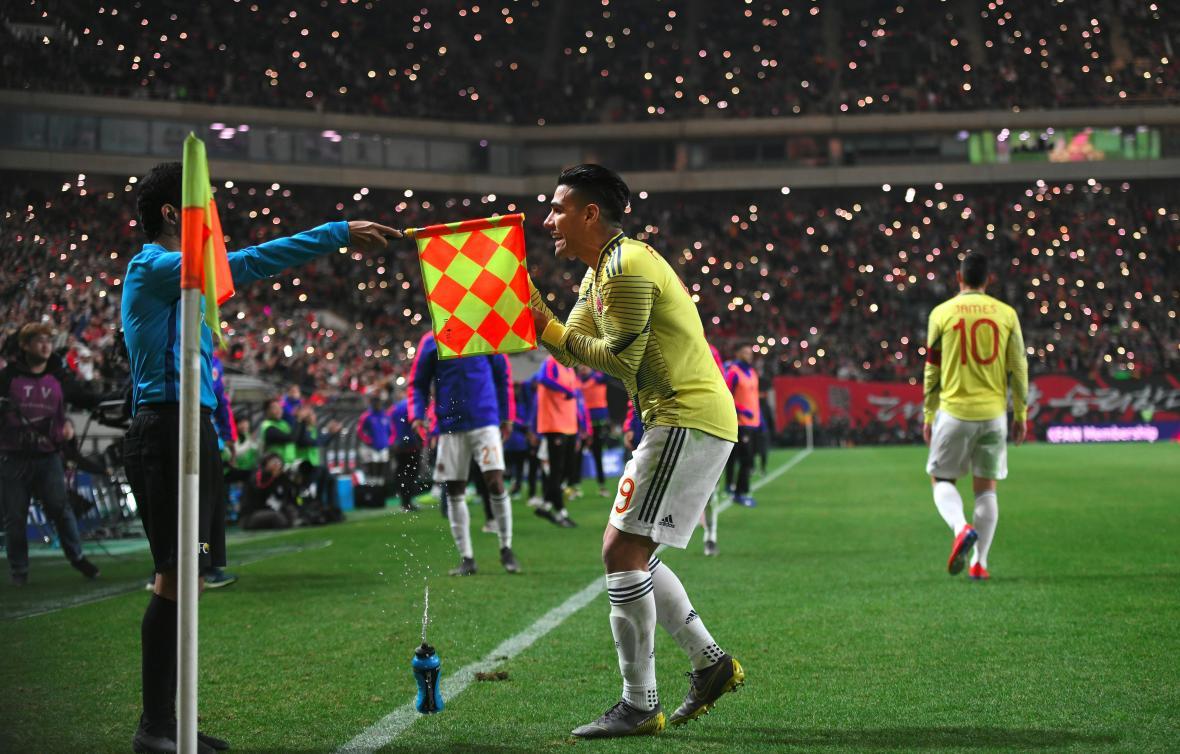 Radamel Falcao García reclamándole al asistente uno por el gol que le anularon por fuera de lugar.