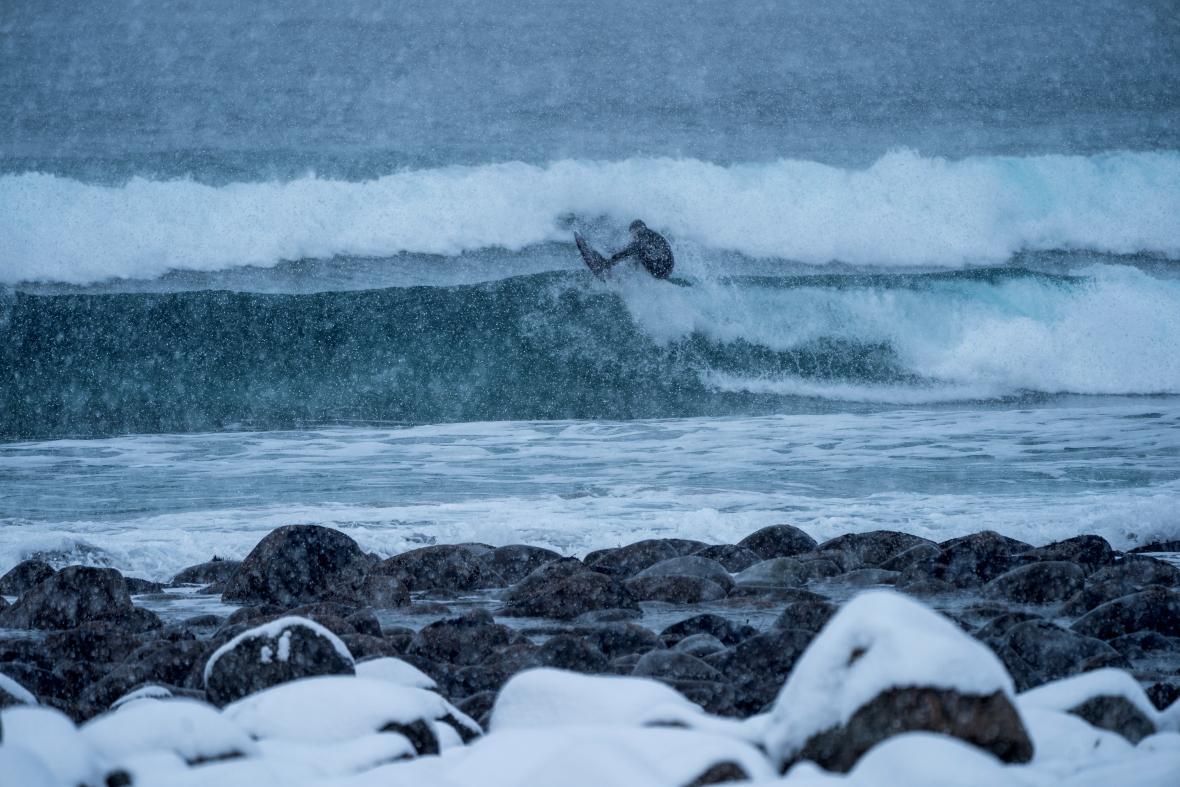 Los surfistas creen que estas olas en medio de la nieve son más consistentes.