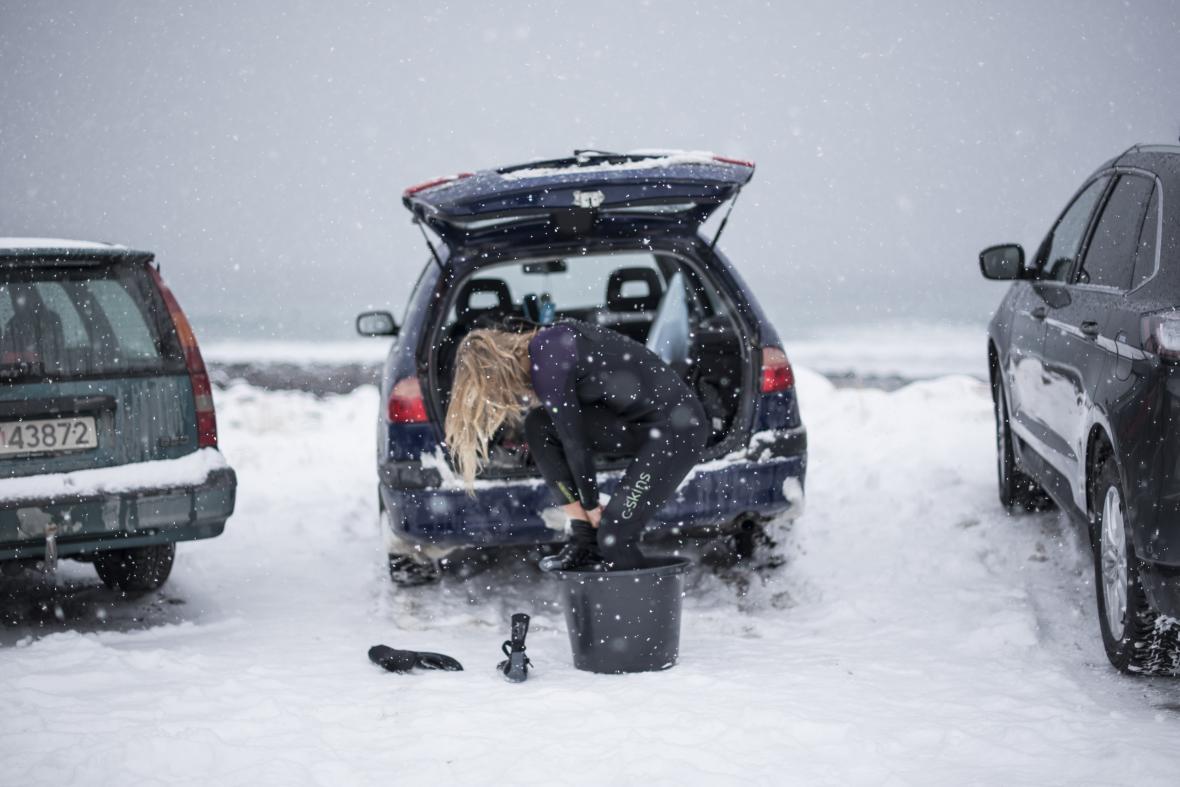 Un cubo con agua caliente sirve para que los surfistas se cambien tras salir del agua.