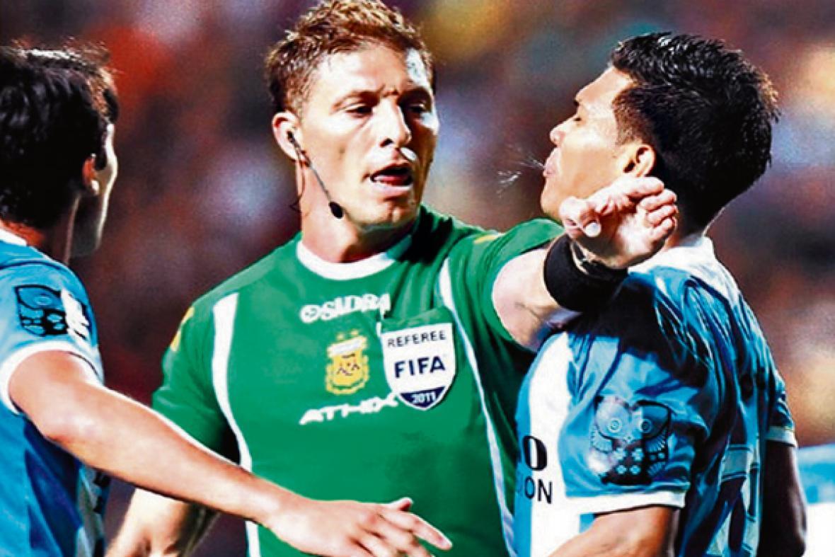 Algunos medios argentinos señalaron que Teófilo escupió a Pitana, por esta imagen, tras ser expulsado en el juego Boca-Racing, pero el árbitro aclaró que solo lo insultó.