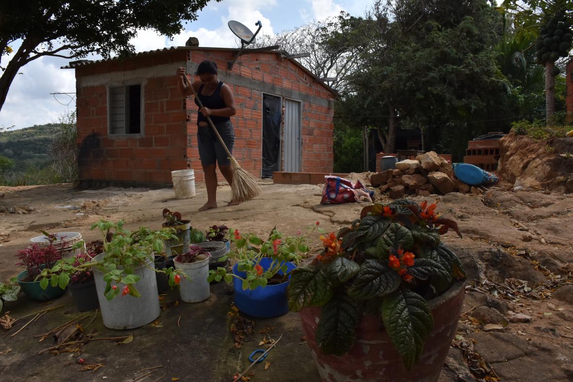 Varias de las mujeres que viven en el caserio El Cielo se dedican a cuidar los hijos y el hogar.