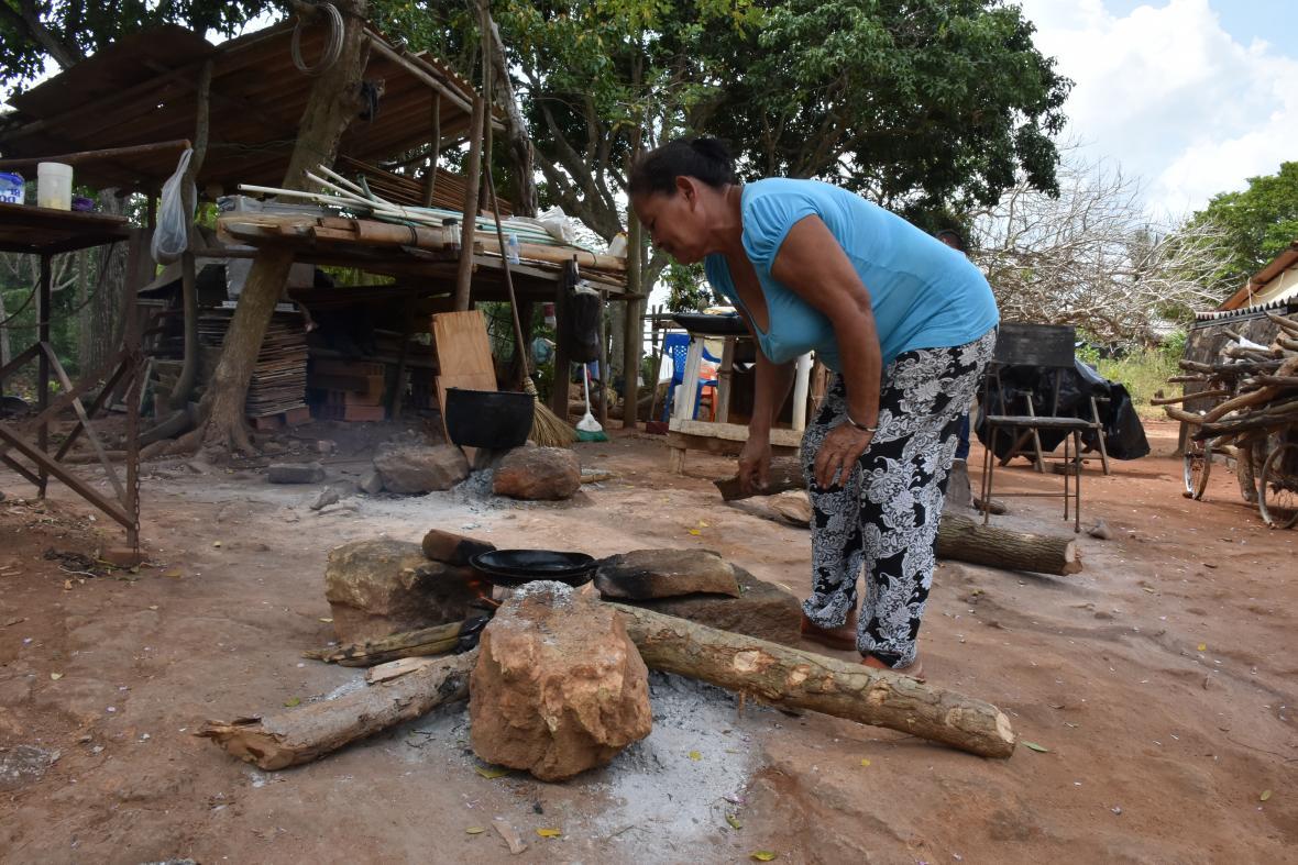 Esilda González de Blanco  prepara los alimentos en fogón de leña a falta del servicio de gas natural.