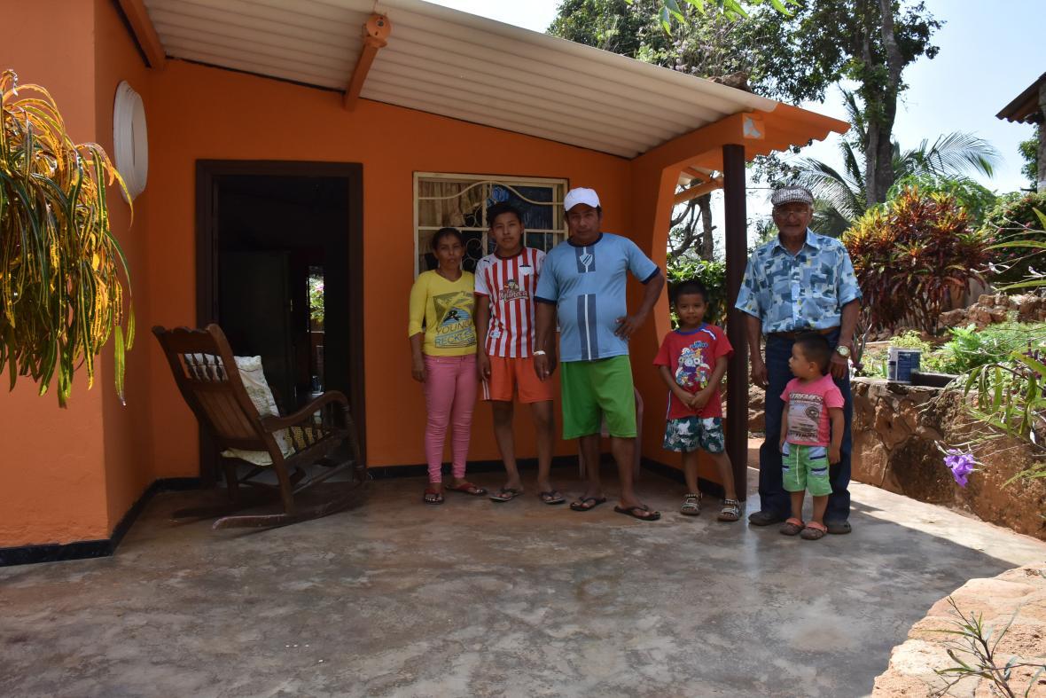 Eduardo Blanco y su hijo Alfredo posan con parte de su familia en las afueras de su vivienda.