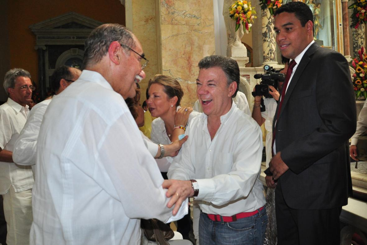 El senador Horacio Serpa (izq) y el presidente Santos estrechan sus manos dentro de la catedral.