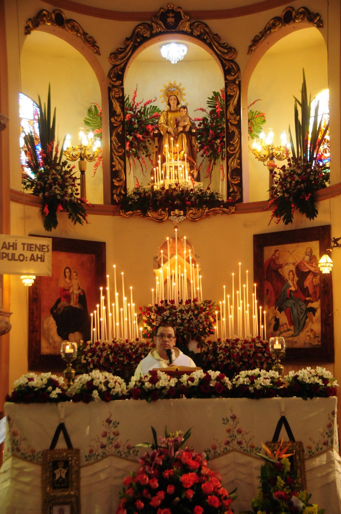 Altar de la Virgen del Carmen en la parroquia de Barranquilla.
