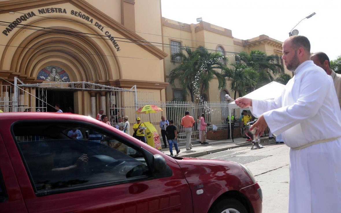 Los conductores también llevaron sus carros para recibir la bendición en el día de su patrona.