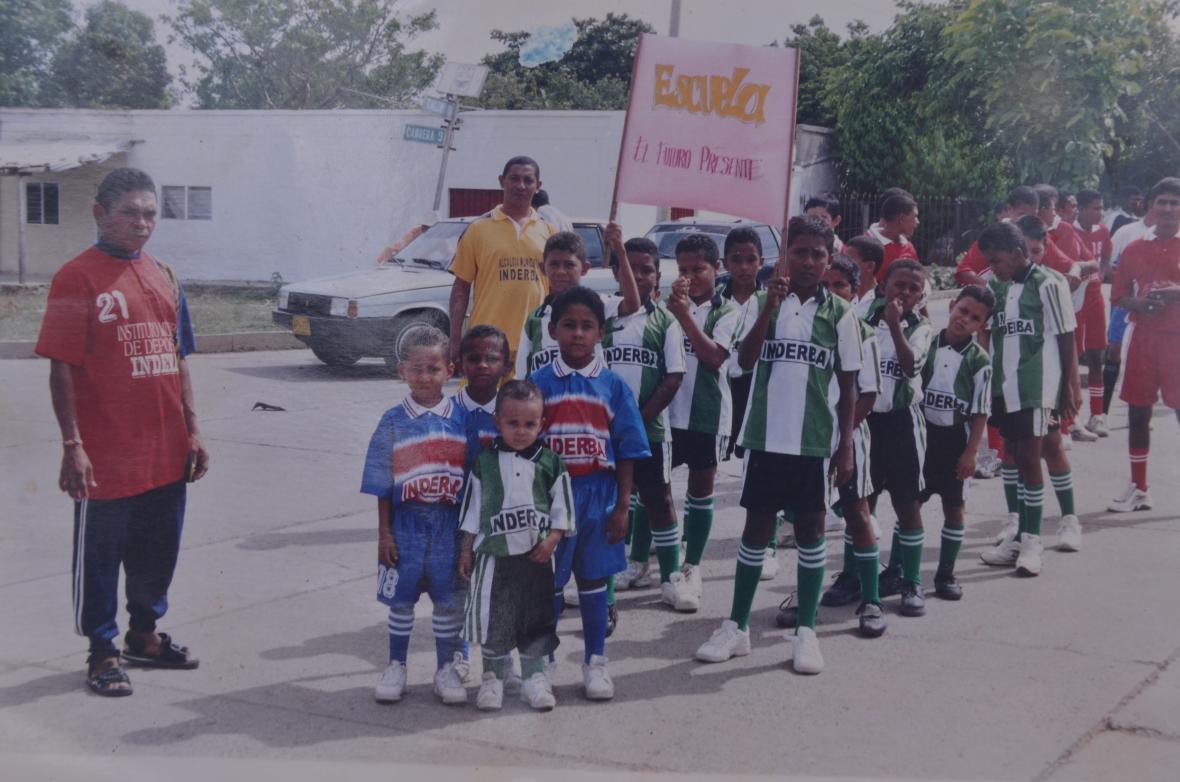 El pequeño Luis Díaz (adelante) en la escuela de fútbol.