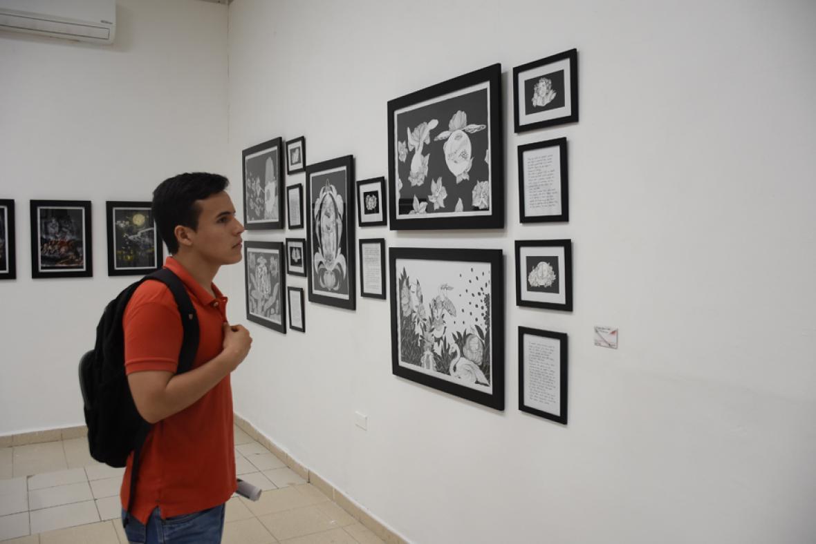 Visitante observa las pinturas.