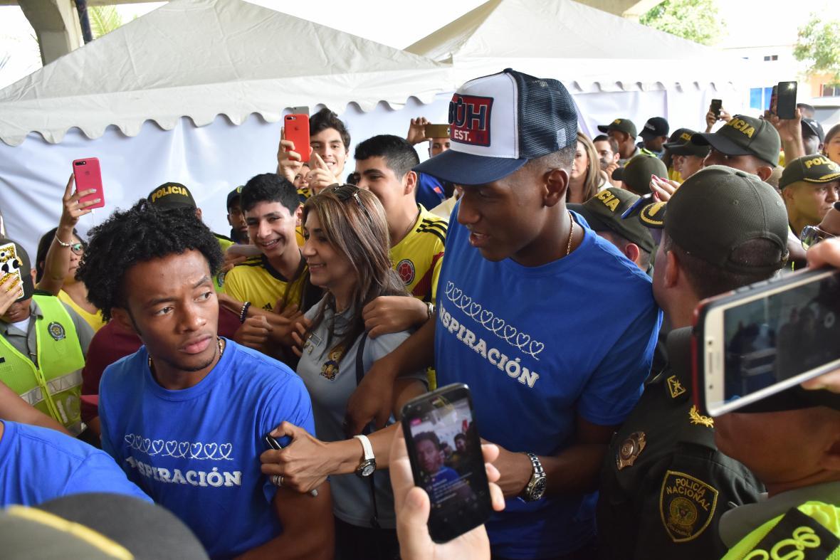 Juan Guillermo Cuadrado y Yerry Mina fueron asediados por todos los presentes en la Escuela de la Policía Antonio Nariño.