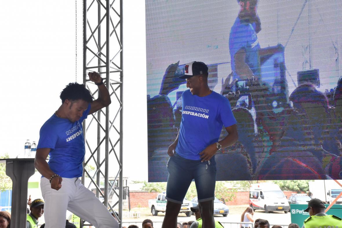 Juan Guillermo Cuadrado y Yerry Mina se pusieron a bailar frente a todos los jóvenes presentes.