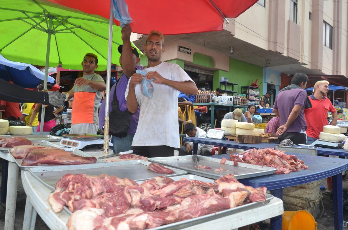 La carne en este mercado se expende sin reglas.