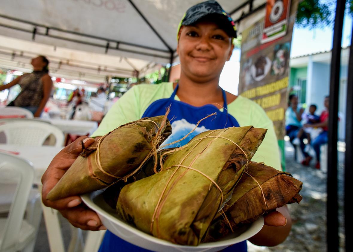 Jennifer Silvera muestra una bandeja con los pasteles que preparó para la jornada en Pital de Megua.